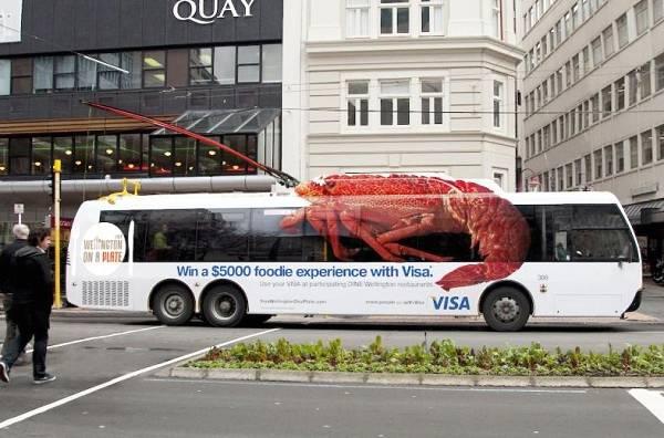autobus decorato con adesivi forma aragosta