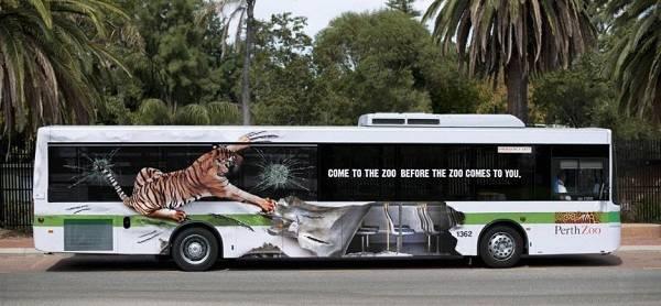 autobus decorato attacco di tigre