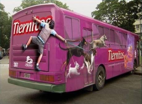 autobus decorato con dog-sitter trascinato da cani