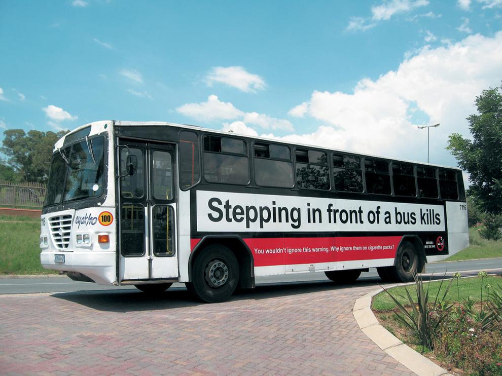 autobus decorato con campagna antifumo ironica