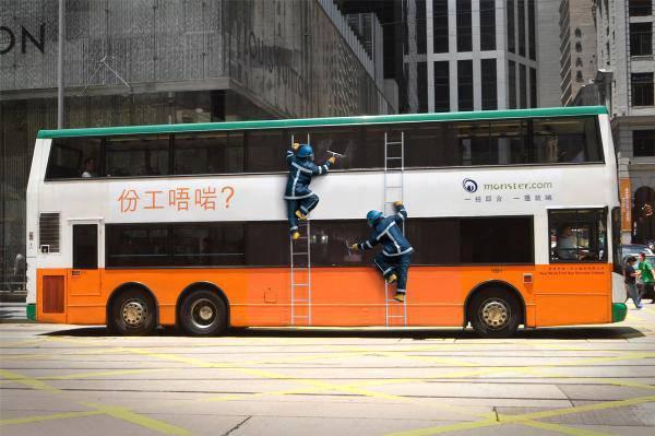 autobus a due piani decorato con adesivi operai lavavetri