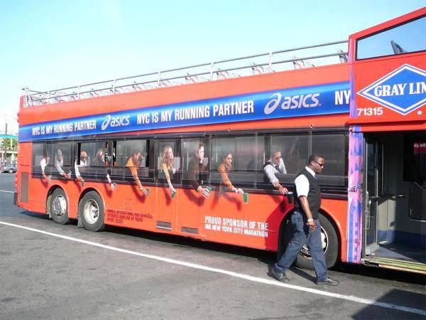 autobus decorato con adesivi pubblico maratona new york