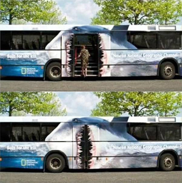 autobus decorato con bocca di squalo sulle portiere centrali