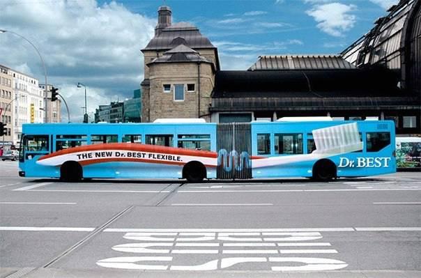 autobus a fisarmonica decorato con adesivi spazzolino flessibile