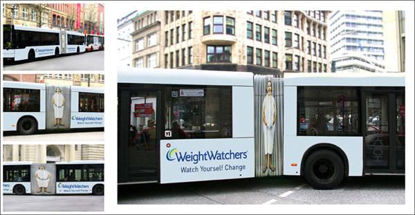 bus a fisarmonica con persona magra-obesa