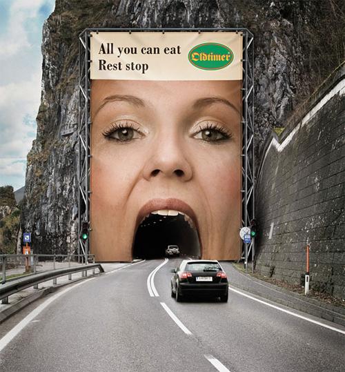 gigantografia bocca su ingresso tunnel