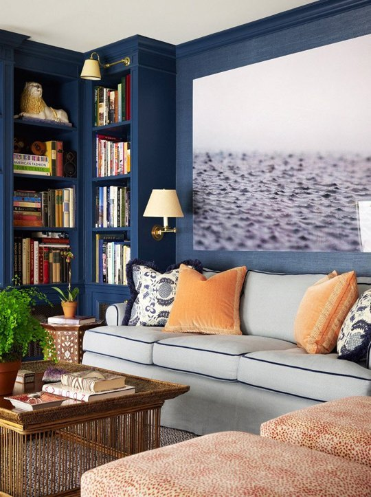 sala decorata con fotoquadri e pareti blu