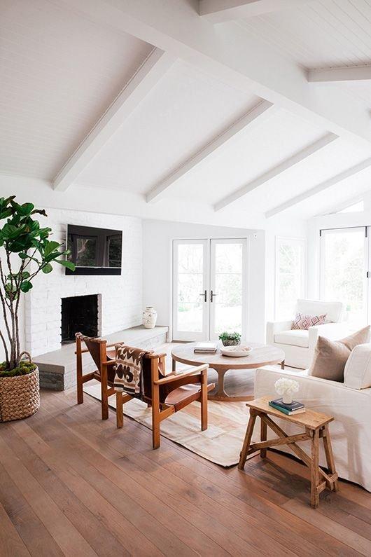 luminosa mansarda con decorazioni bianco avorio e legno