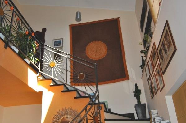arazzo appeso su parete scale