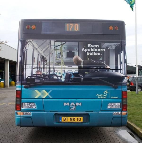 illusione ottica del guidatore con adesivo applicato su retro autobus