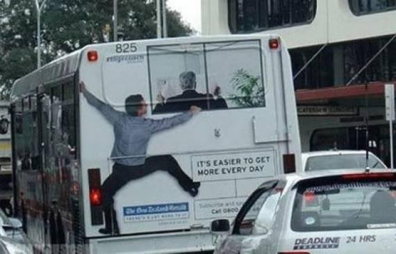illusione ottica con adesivo applicato su retro autobus
