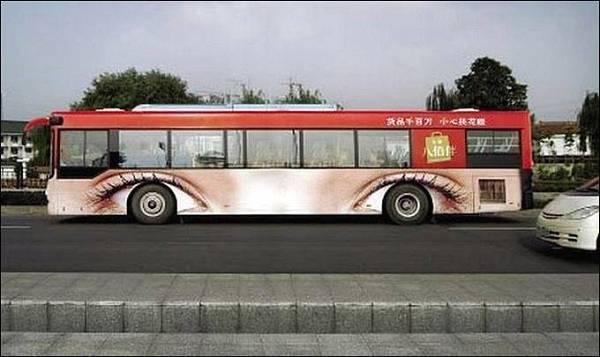 illusione ottica con adesivo occhi applicato su fiancata autobus