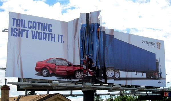 manifesto pubblicitario scontro auto camion
