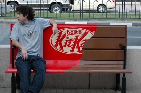 panchina rivestita con pubblicità snack kitkat