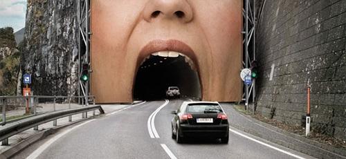 striscione gigante sopra tunnel