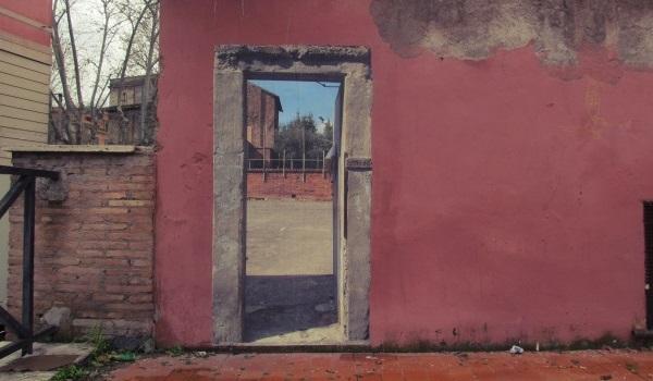 progeto sbagliato finta porta sul muro