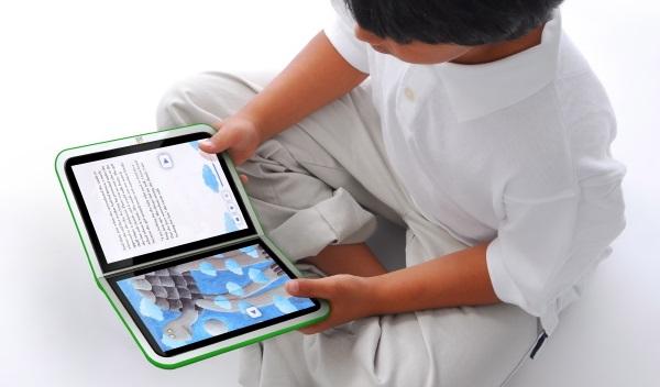 bambino che legge tramite ebook
