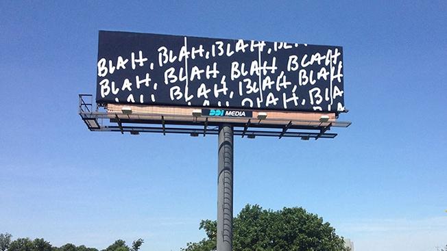 installazione artistica su cartellone stradale
