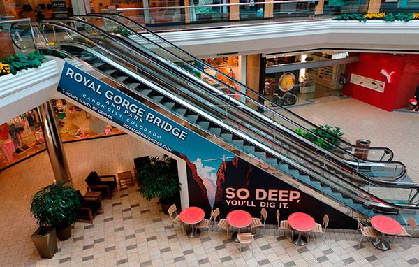 centro commerciale pubblicità adesivo su scala mobile