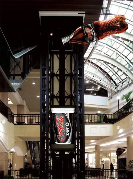 ascensore con adesivo coca cola