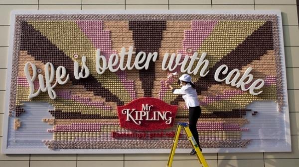 cartellone pubblicitario fatto di dolcetti