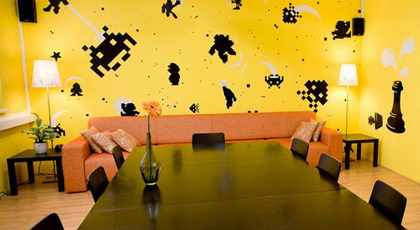 parete gialla con adesivi decorativi