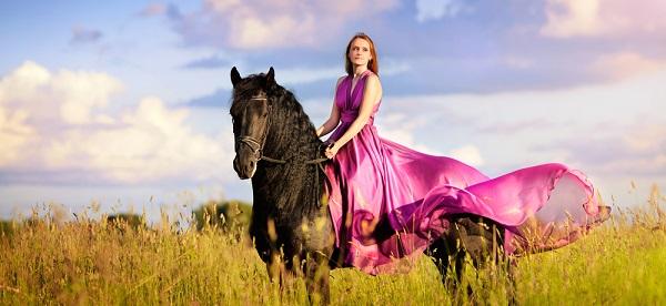 ritratto di ragazza con vestito rosa a cavallo