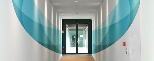 adesivi murali in un corridoio